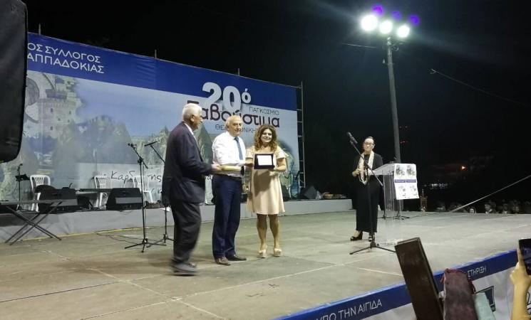 Ο Υφυπουργός Εξωτερικών Γιάννης Αμανατίδης απονέμει το Χρυσό Αριστείο στην Καππαδόκισσα Γενετίστρια κ. Κατερίνα Χατζημελετίου